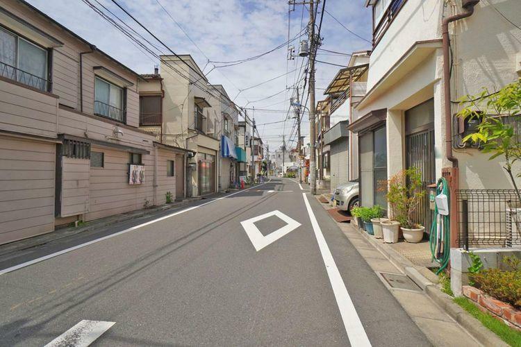 現況写真 きれいに整備された前面道路。敷地の前が整っていると気持ちが良いですね。