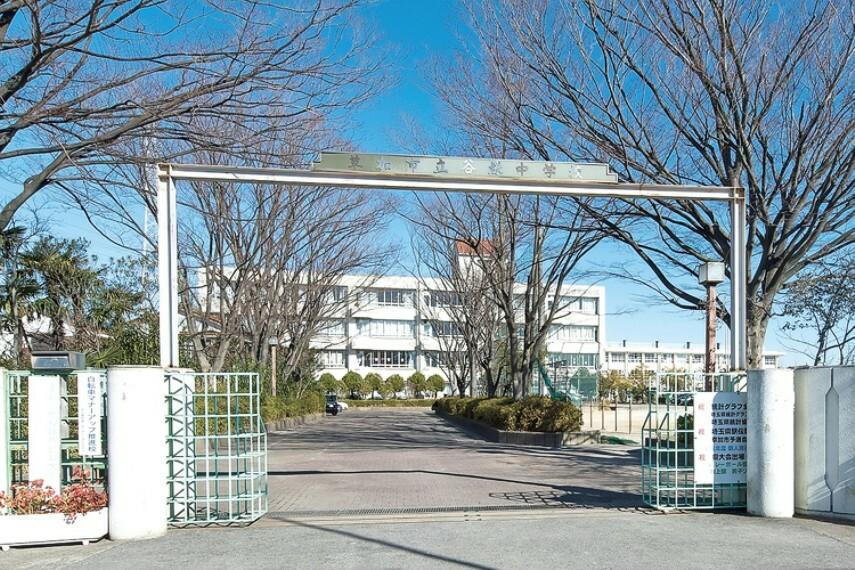 中学校 谷塚中学校  多彩な緑や花に囲まれた中学校。学校教育目標は「学び合う生徒 思いやる生徒 高め合う生徒」。「文武両道」の校訓の元、いくつもの部活が県大会に出場しています。 (現地より徒歩17分)