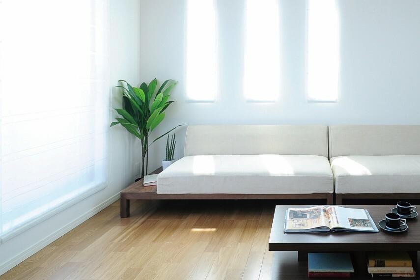 居間・リビング 【2階リビング】  窓の外に遮るものが少ないので、陽光が採りこみやすく、風通しも良い2階リビング。外からの視線が届きにくく、プライバシー性も高いプランです。/2.19号棟