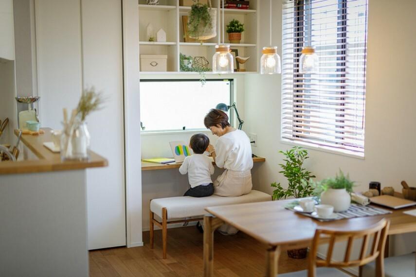 居間・リビング 【ダイニングワークスペース】  ダイニングの一角に設置したカウンタースペース。家事の合間にさっと済ませたい書き物や、帰宅後すぐの宿題スペースなど、家族でシェアして活用できます。(邸別)