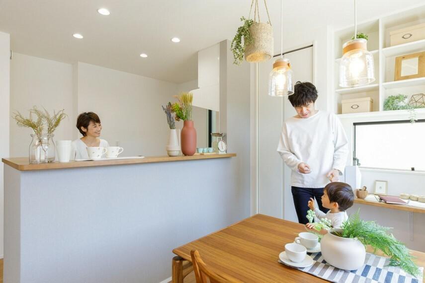 キッチン 【手元を隠せるキッチン】  程よい高さのカウンターが散らかりがちな手元を隠してくれます。ダイニングとのコミュニケーションも取りやすい、立ち上がりカウンター付きのキッチンです。(邸別)