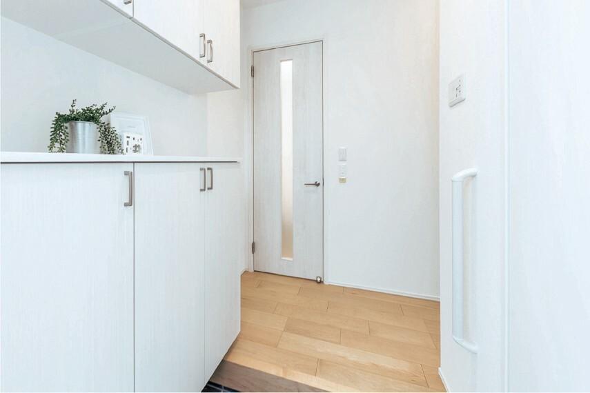 【抗アレルゲン壁紙 アレルブロック】  花粉やダニなど外からのアレルゲンが入りやすい玄関に、抗アレルゲン壁紙 アレルブロックを採用。空気中のアレルゲンを壁紙に吸着・抑制し家族の健康を守ります。※玄関ホールの一部に使用。