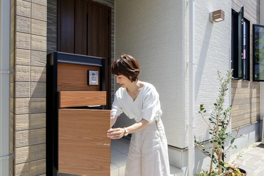 現況外観写真 【宅配ボックス付機能門柱】  宅配ボックス、門灯、ポスト、TVホンが一体となったスタイリッシュかつ機能的な門柱を採用。外出時はもちろん家事で手が離せない時も荷物を受け取れます。