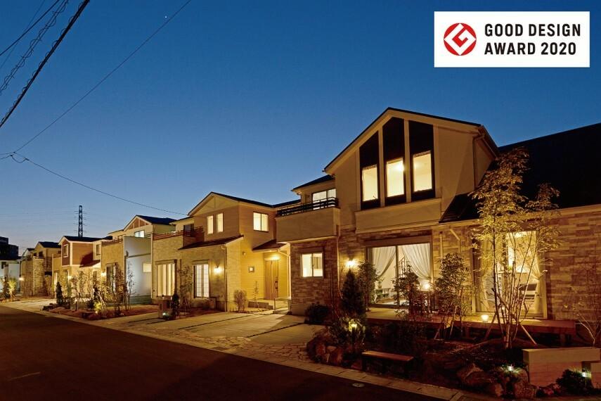 現況外観写真 【灯かりのいえなみ協定(R)】  暗くなるとLEDの外部照明が自動点灯。夜の街並みを美しく演出するとともに、明るく照らすことで安全性を高める効果も。家族の安心にも繋がる工夫です。
