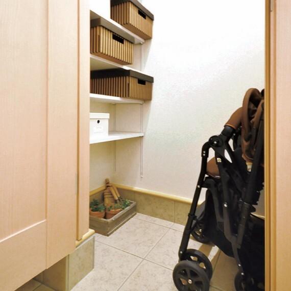 収納 【土間クローク】  お子様の外遊び用品やアウトドアグッズなどの収納に便利な収納スペース。可動棚付きで空間を無駄なく活用できます。(邸別)