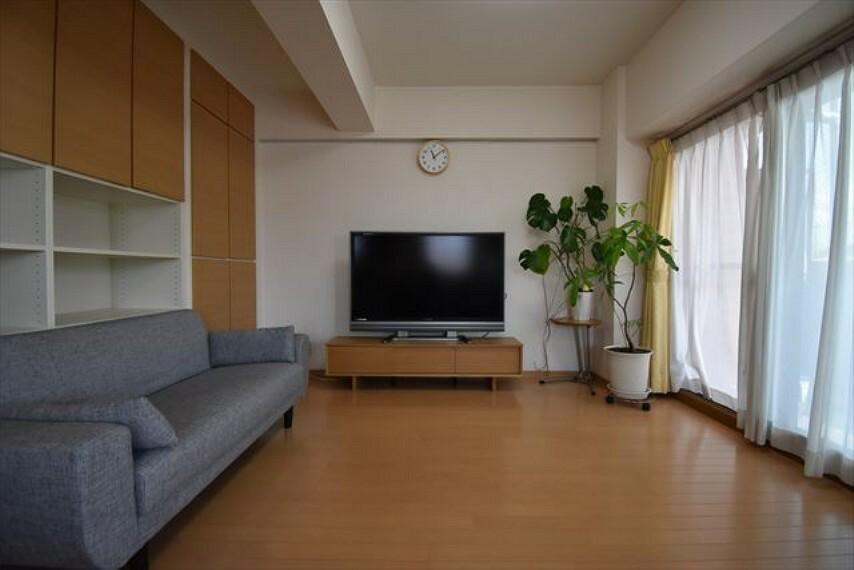 居間・リビング 明るく使いやすい横長のリビングです。