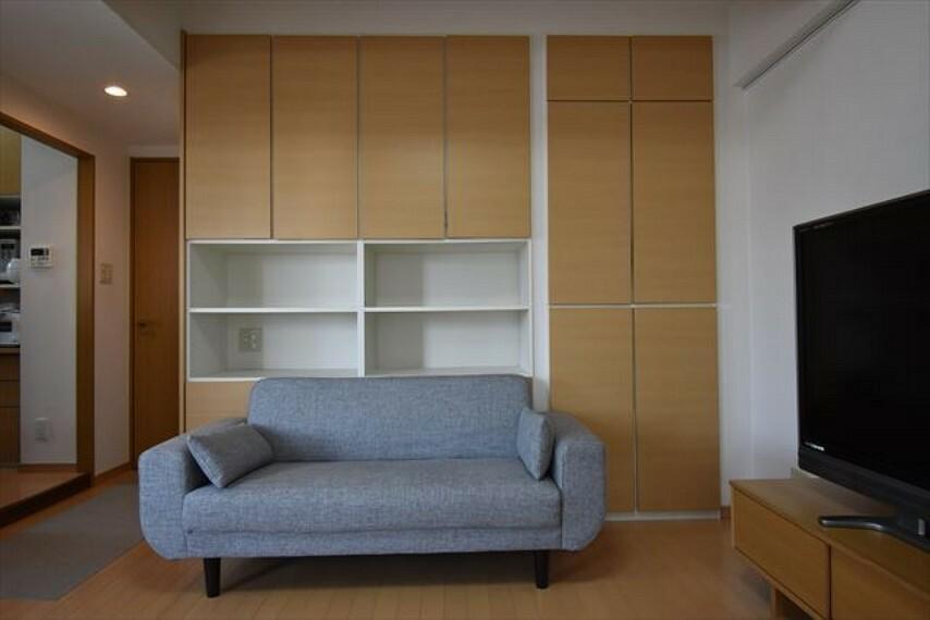 居間・リビング 壁面収納つき!お部屋がスッキリ片付きますね。