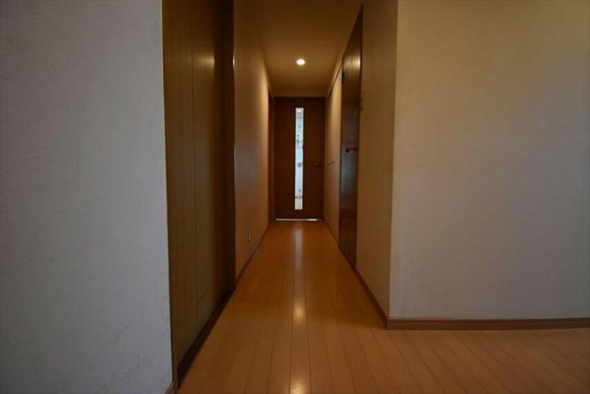 玄関から室内が丸見えにならないので急な来客も安心ですね。