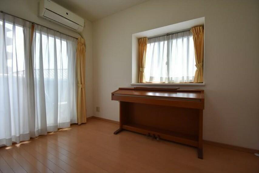 洋室 南東側と南西側に窓のある明るい洋室
