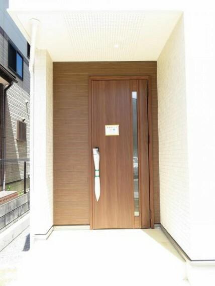 玄関 お客様をお迎えする玄関へはステップ2段。お子様の楽々