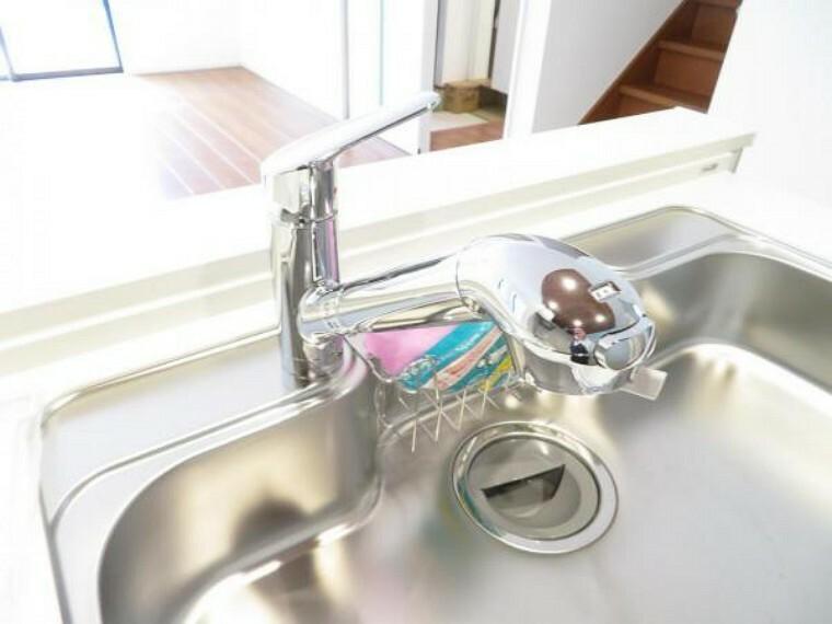 キッチン 浄水器一体型の水栓でお料理にもすぐに使えます使えます。