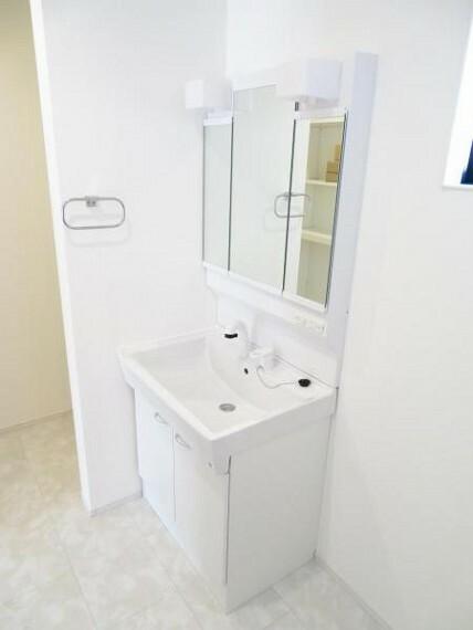 洗面化粧台 三面鏡でスタイリングもしやすいですね。鏡の裏は収納です。