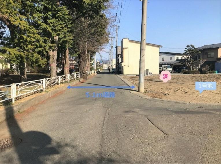 現況写真 北側前面道路 現地写真(西から撮影) ※2021年4月撮影