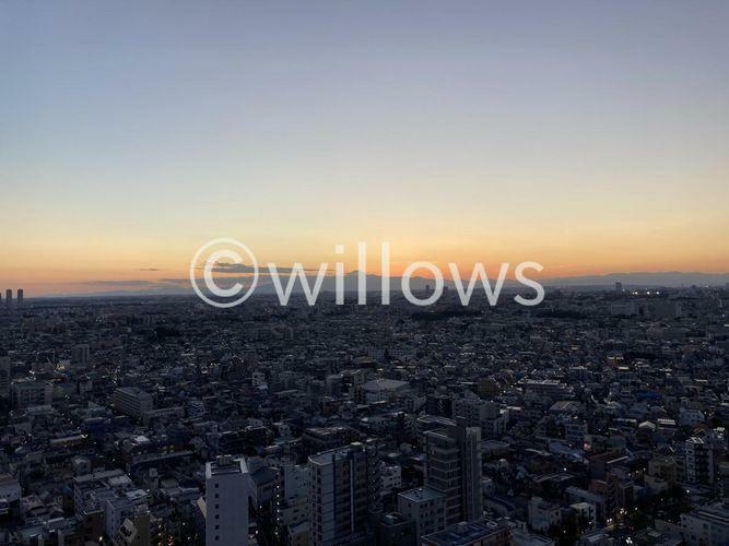 眺望 夕方のトワイライトタイムに撮影をした屋上スカイテラスからの眺望。富士山が望める他羽田空港や東京タワー、スカイツリー、夜は東京の夜景を一望できるのはパークシティ武蔵小山ザタワーにお住まいの方の特権です。
