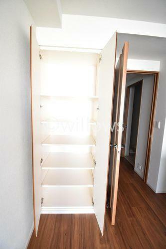 収納 LDK部分の収納。その他ベットルームと玄関外にトランクルーム有。収納力ございます。