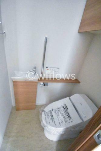 トイレ いつまでも清潔な空間であってほしい水回りは、目に留まるだけではなく、汚れをふき取り易いフロアと壁紙に。水栓、吊戸棚付きで小さなお部屋でも工夫次第で素敵な空間に。