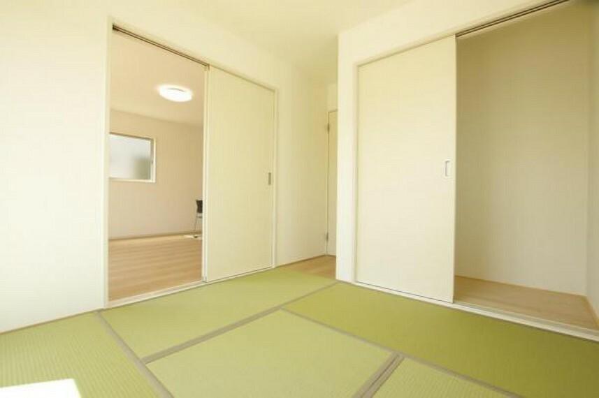 二方向から出入りできる和室で、来客時にリビングが散らかっていても安心です