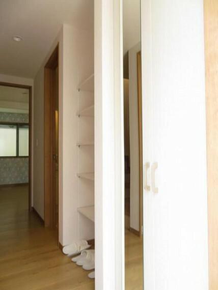 玄関 玄関には鏡付きのシューズボックス。お出掛け前のチェックに便利