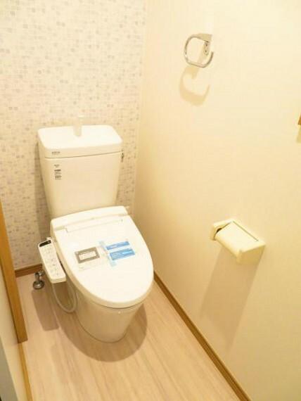 トイレ 1階のトイレ。ウォシュレット機能付きです。