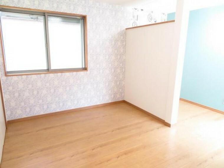 1階の洋室。アクセントクロスが印象的。