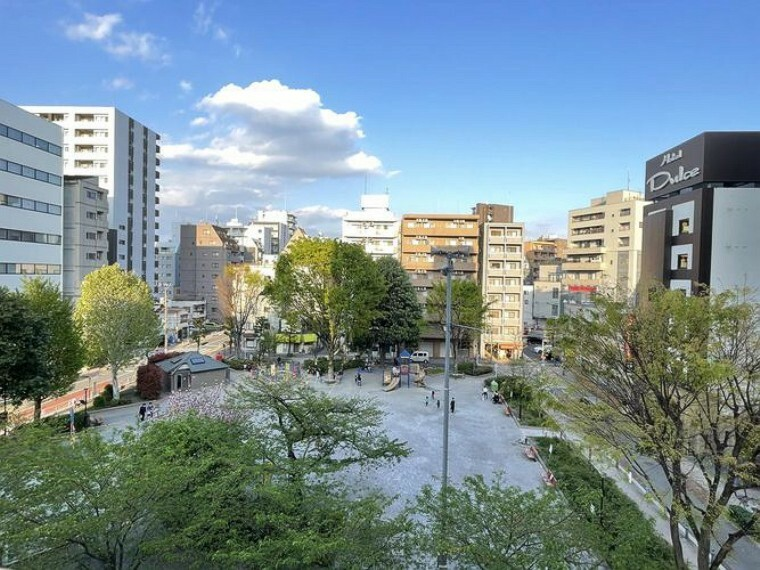 眺望 バルコニーからは柳田公園が一望でき、春には桜を眺めることができます。