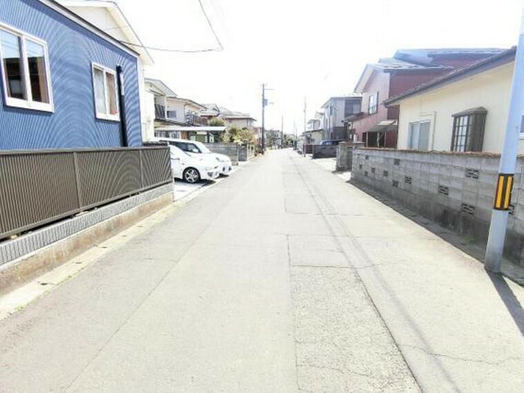 現況写真 前面道路幅員は約6mですので、お車の出し入れも楽々です。