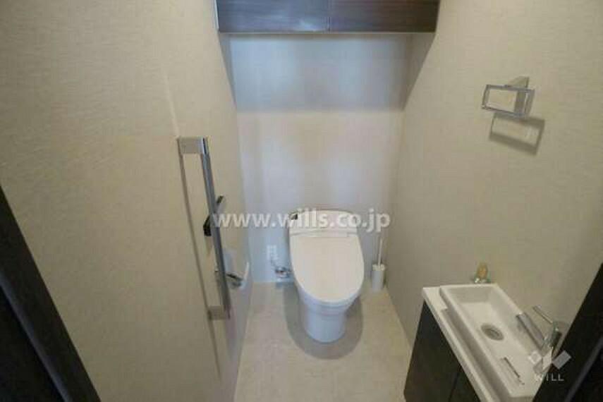 トイレ 収納付きなので何かと小物を隠して収納しておくことができて便利です。[2021年4月11日撮影]