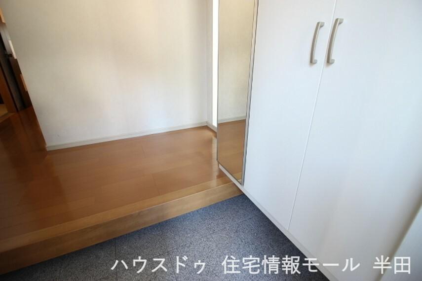 玄関 玄関をすっきり使えるシューズボックス付き。ファッションチェックもできるミラー付きなのが便利ポイント。