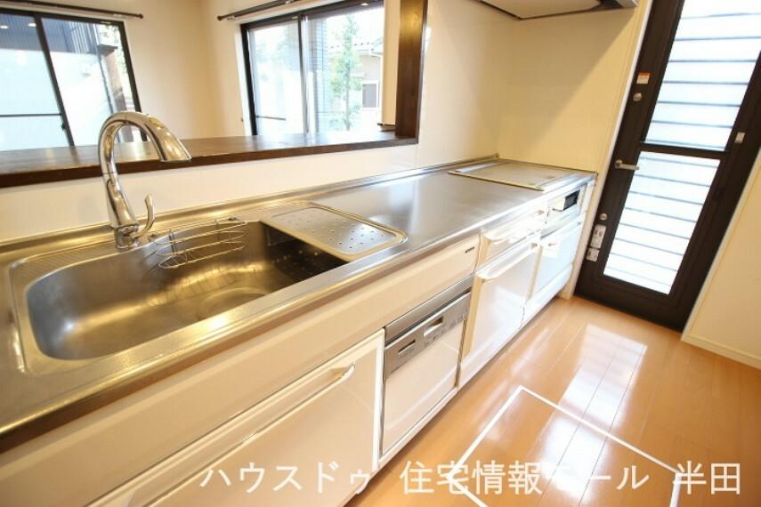 キッチン 後片付けの強い味方食器洗浄乾燥機付システムキッチンは調理スペースもしっかり確保できるゆとりの広さ。