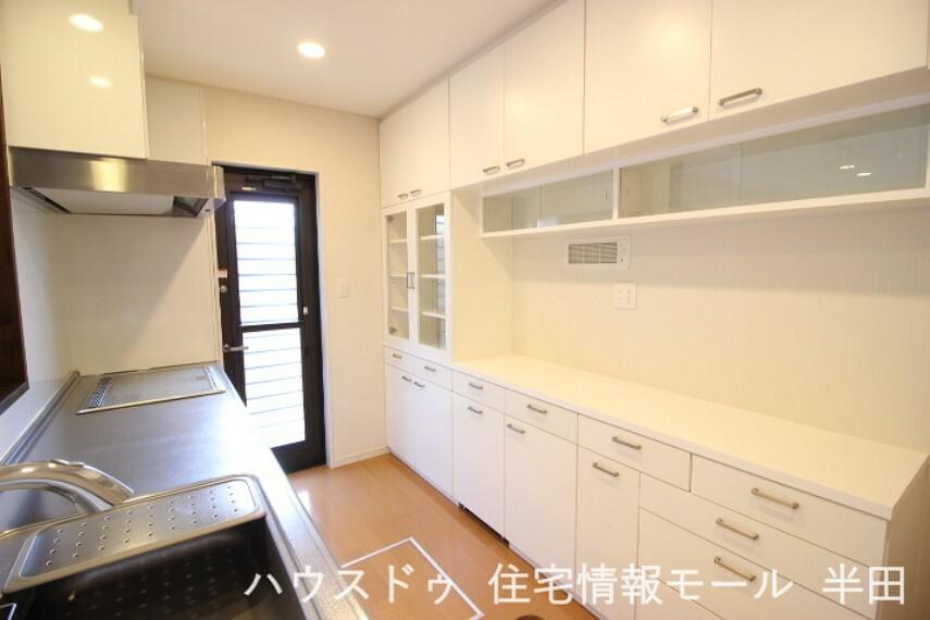 キッチン 食器やキッチン用品をたっぷりしまえる収納棚が備わったキッチンはとっても便利