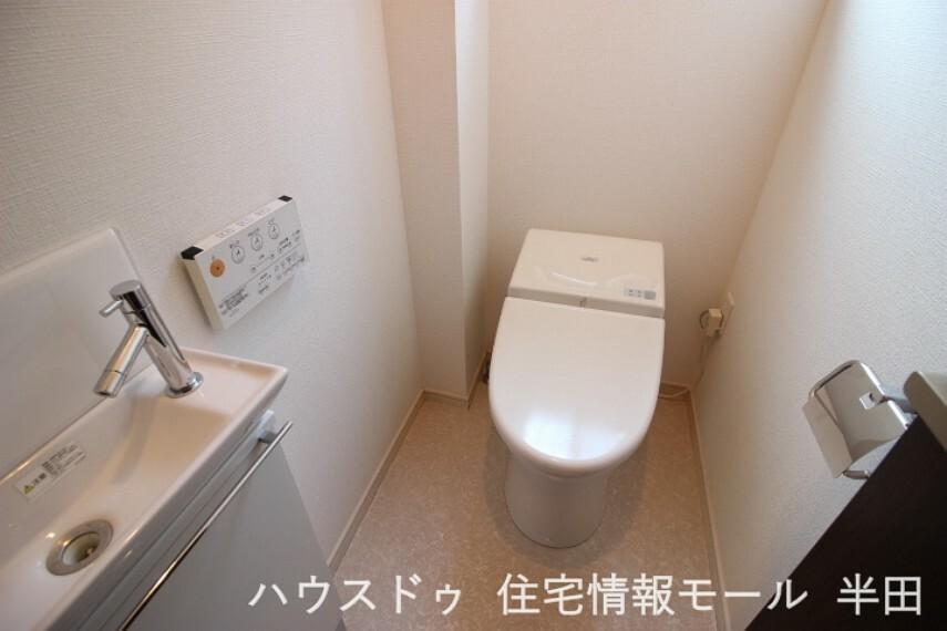 トイレ 圧迫感の少ないタンクレストイレ。洗面も備わっていて便利です。