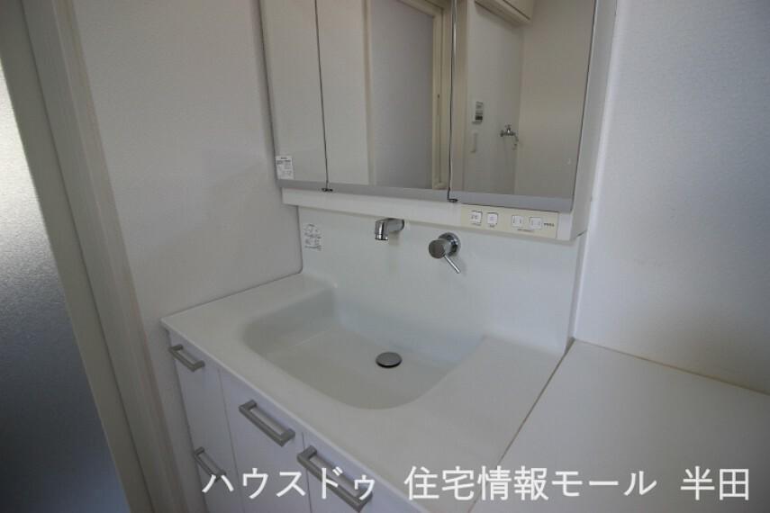 洗面化粧台 スタイリッシュなシャンプードレッサーは身支度の時に活躍します。