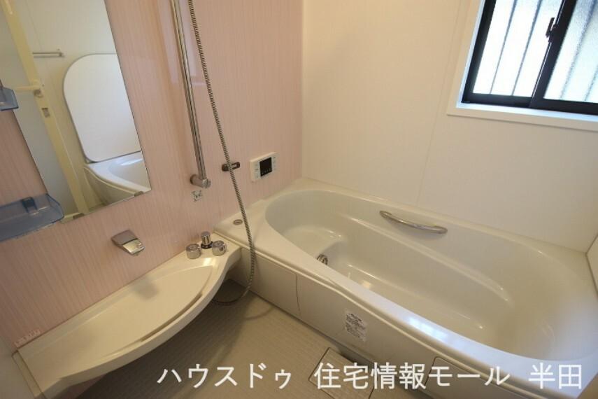 浴室 足を伸ばしてゆったり浸かれる浴槽です。 一日の疲れを癒してください。