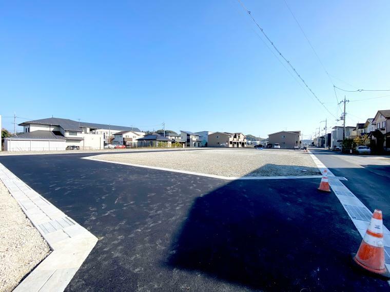 現況写真 【ル・メイユールヴィレ野田II】 分譲地内道路西側入口付近からの分譲地の様子です