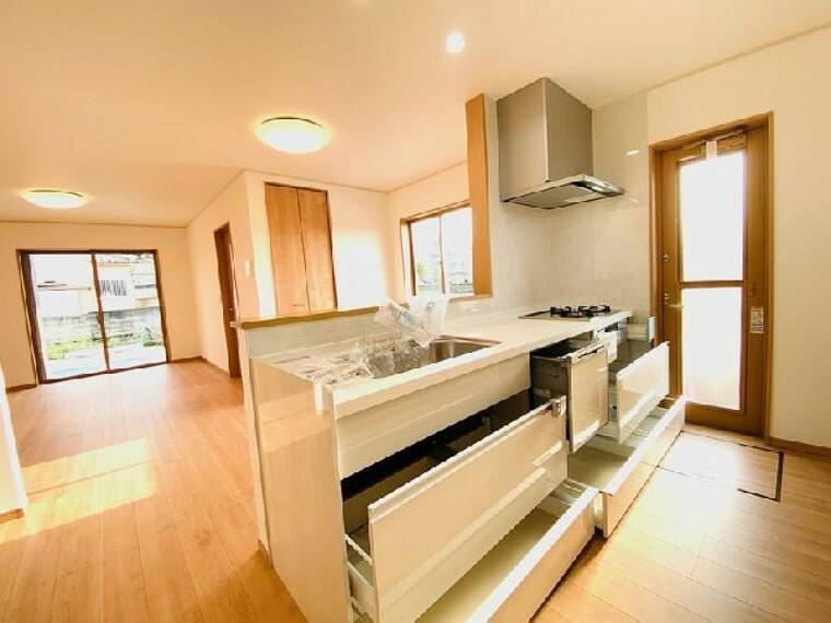 C号棟 キッチン~内覧できます~・・・食洗機の付いた対面式キッチンです!広い作業スペースは、料理の効率もアップします!