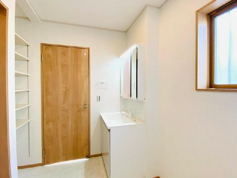 C号棟 洗面室~内覧できます~・・・収納たっぷりの洗面室は小物を片付けるのに便利です