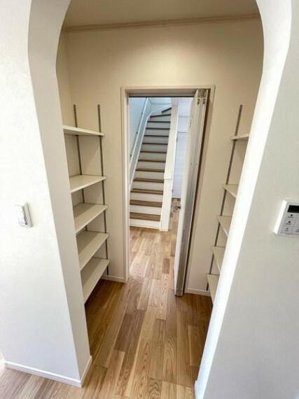 収納 お買い物から帰ったらすぐ収納できる、玄関とキッチン双方から出入りできるパントリー
