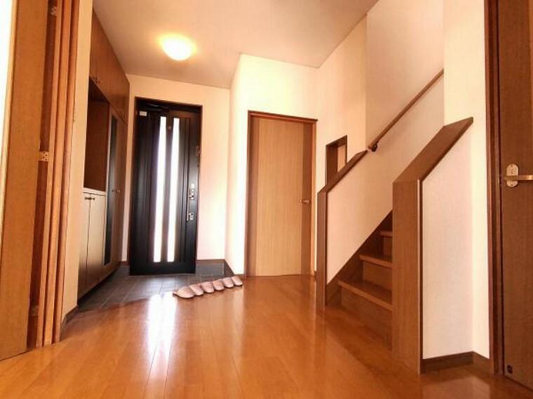 玄関 【リフォーム中】玄関ホールです。クロス張替え、照明の交換を行う予定です。玄関は住宅のお顔ともいえる場所なので、きれいな状態だと嬉しいですね。コの字型シューズボックスは収納力のみならず、鏡付きのため使い勝手がいいですね。