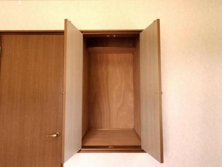 収納 【リフォーム中】2階6帖洋室の収納です。本や小さなものを収納するのにちょうどいいですね。