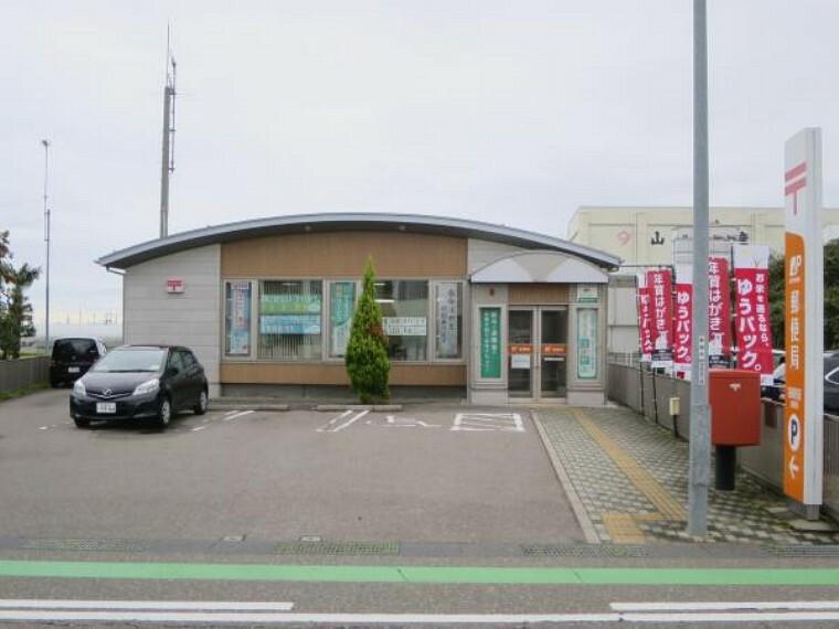 郵便局 新崎駅前郵便局まで700m(徒歩9分)徒歩15分以内に寄れる距離にあります。ちょっと寄れる距離に郵便局があるとお仕事帰りに荷物の受取りなども便利ですね。