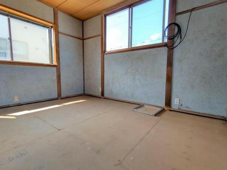 【5/29日リフォーム中】2階北側6畳和室の写真です。現状は和室ですが洋室に変更予定です。床はフローリング張替え、壁はクロスを貼り替えます。