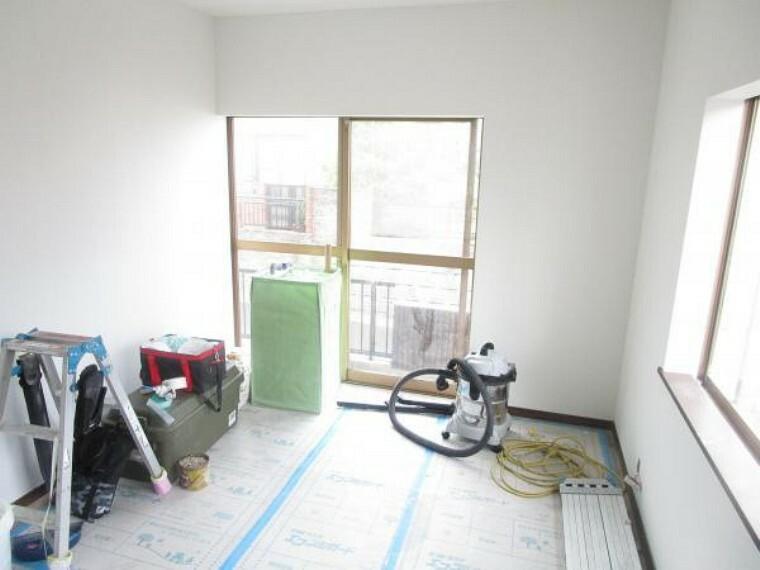 【リフォーム中写真】1階北側6畳の和室は洋室に変更いたします。壁はクロスを貼り替え、床も張り替えます。