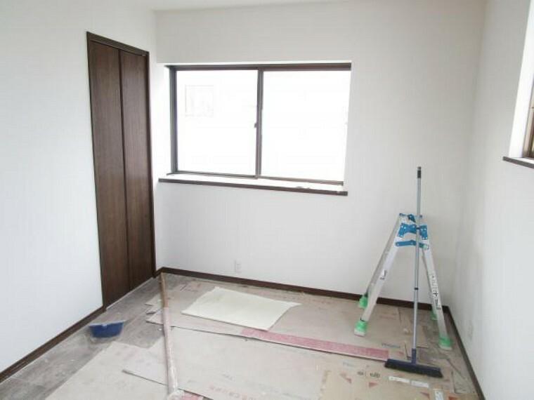 【リフォーム中写真】2階北側6畳和室も洋室に生まれ変わります。床はフローリング張替え、壁はクロスを貼り替えます。