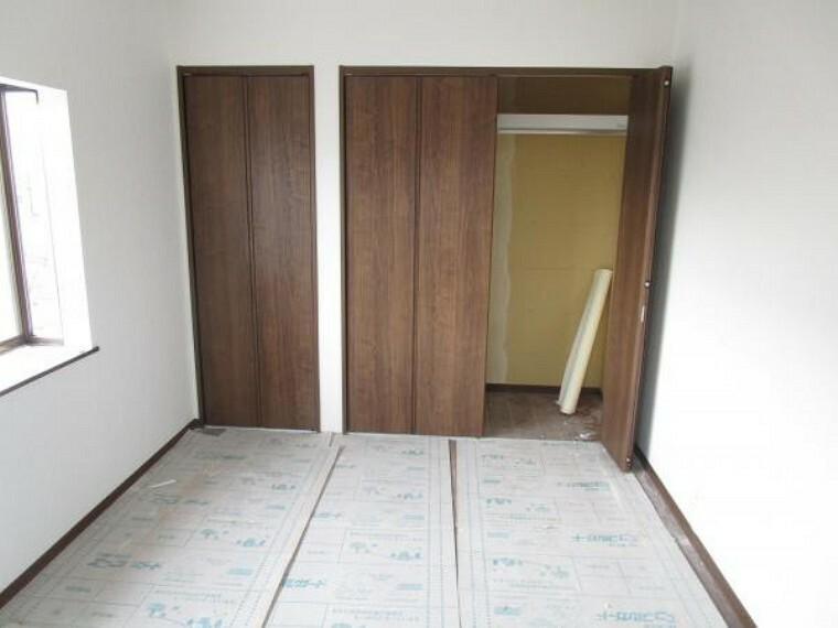 【リフォーム中写真】2階南側6帖洋室の写真です。現代のニーズに合わせて和室は洋室に変更します。床はフローリング張替え、壁はクロスを貼り替えます。