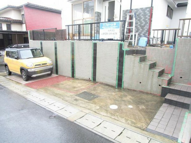 駐車場 【リフォーム中写真】駐車場になります。車種により二台駐車可能です。