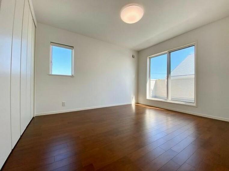 洋室 大きな窓からたっぷり光が差し込みます