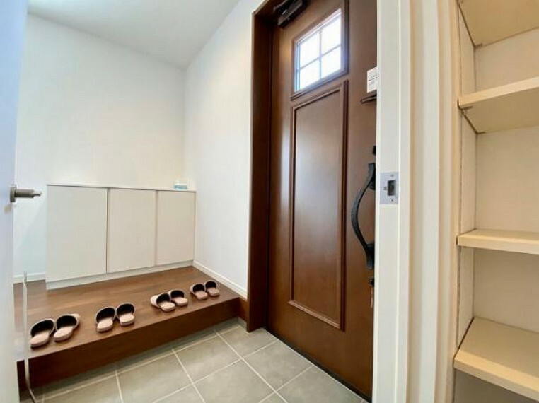 玄関 玄関には収納スペースたっぷり!