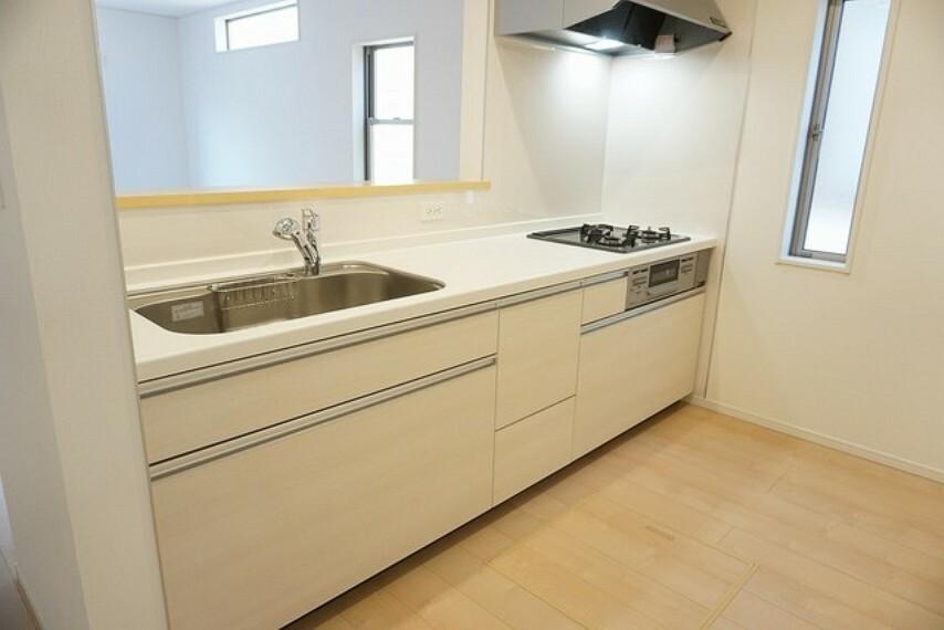 キッチン 同仕様写真 カウンターキッチンは、調味料などをコンパクトに収納できるスパイスボックス搭載。サッと取り出せてスムーズにお料理ができます。