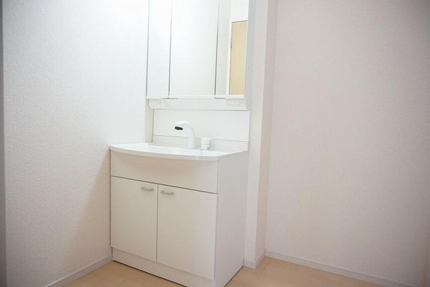 洗面化粧台 同仕様写真 ミラー扉の内側が収納スペースになっています。ティッシュBOXも収納可能。可変トレイは、収納物に応じて高さの調節が可能。取り外して洗えるので清潔です。
