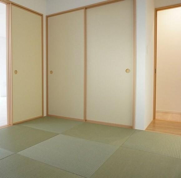 居間・リビング 同仕様写真 リビングからの続き間として和室をご用意しました^^普段はリビングとつなげて開放的なスペースとして。来客時には客間としてお使いいただけます。